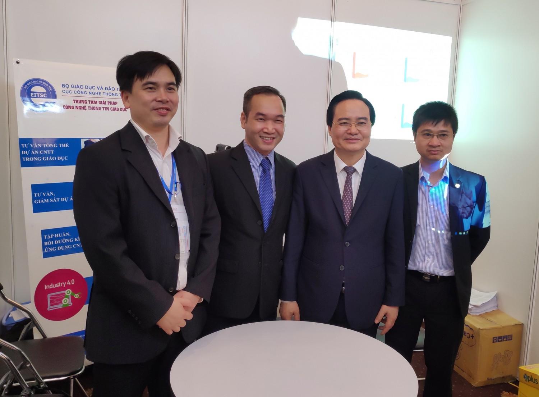 Ảnh: Bộ trưởng Bộ GD&ĐT Phùng Xuân Nhạ thăm và động viên gian hàng của Trung tâm.
